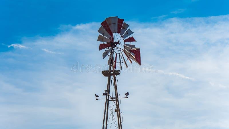 Vind för pumpen för väl vatten maler i amerikansk sydlig stat av Texas royaltyfri foto