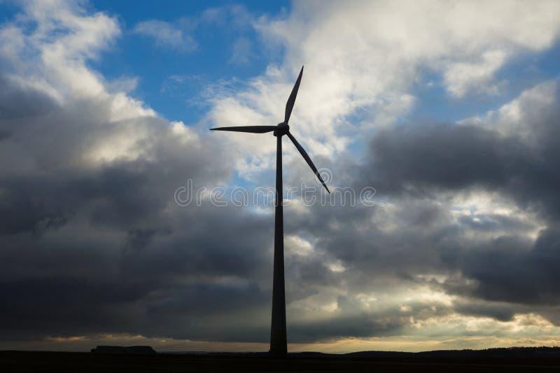 Vind maler turbinen som frambringar grön energi arkivfoto