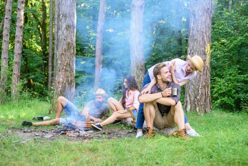 Vind metgezel om te reizen en te wandelen De paren of de families van bedrijfvrienden genieten van ontspannend samen het bosvrien stock afbeeldingen
