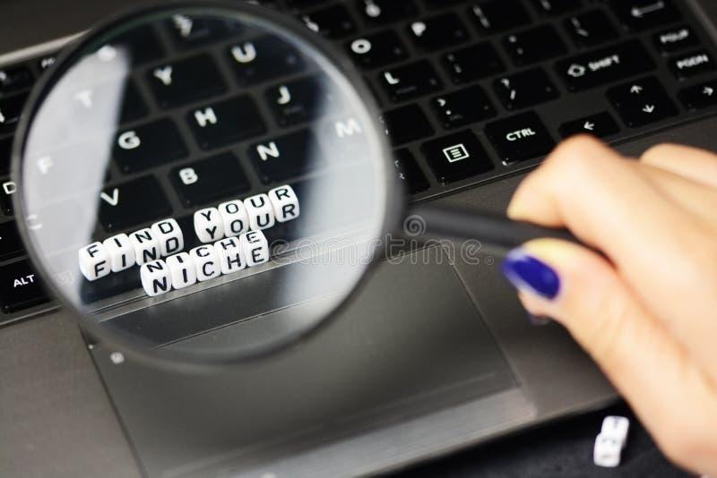 Vind omhoog uw gebied onder vergrootglas, sluit van conceptuele teksten op computertoetsenbord royalty-vrije stock foto