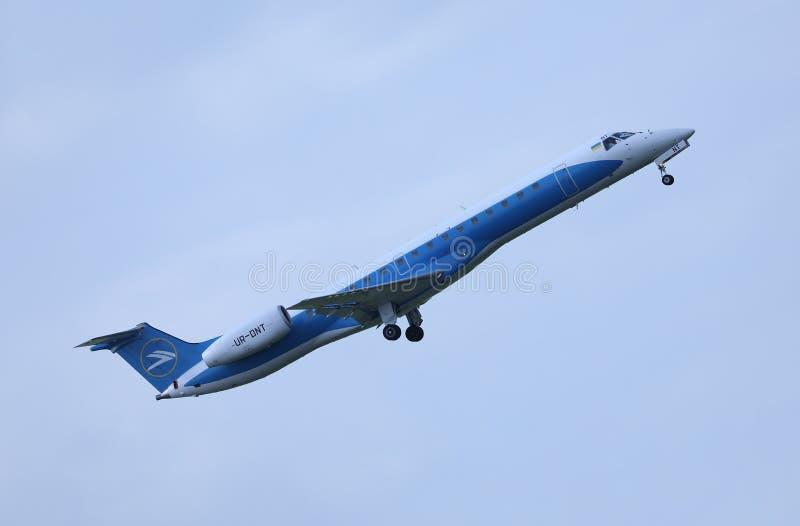 Vind Rose Aviation Embraer ERJ-145, UR--DNTflyg arkivbilder