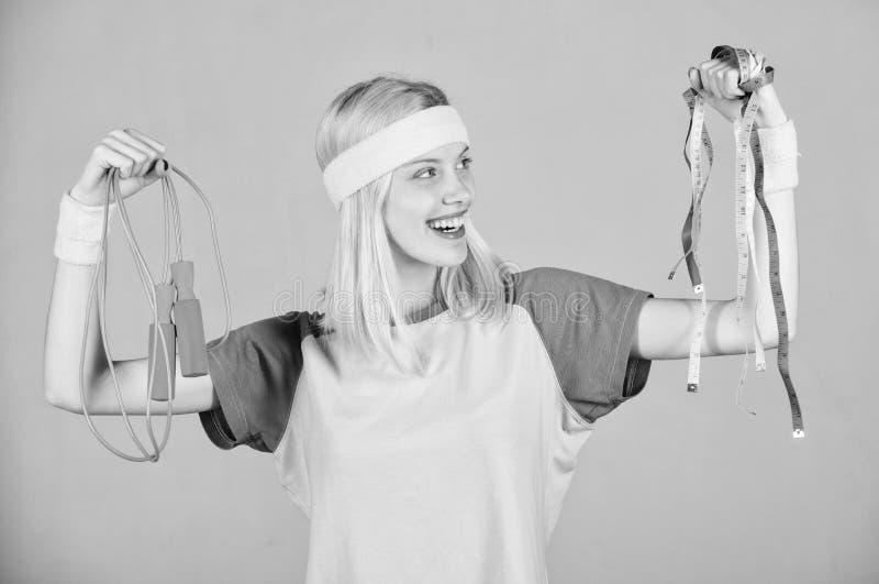 Vind tijd aan training Vrouwentraining met touwtjespringen Trainingresultaat Het touwtjespringen van de meisjesgreep en maatregel royalty-vrije stock afbeelding