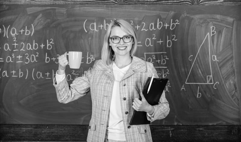 Vind tijd te ontspannen en positief te blijven De leraar drinkt thee of koffie en verblijfspositief Houd positieve houding tegeno stock foto's