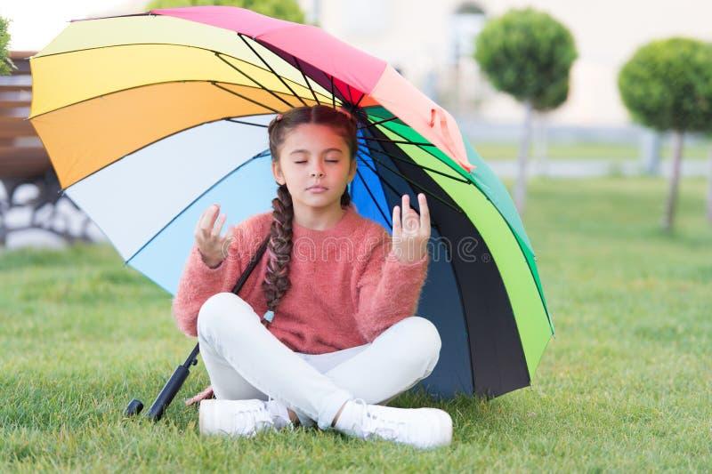 Vind vreedzame privé ruimte om te ontspannen Onder grote paraplu Mediteert het lange haar van het meisjeskind park onder paraplu  royalty-vrije stock afbeeldingen