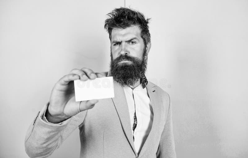 Vind vrij me contacteer Het gebaarde hipster ernstige gezicht toont kaart De bankwezendiensten voor zaken Eps 10 stock afbeeldingen