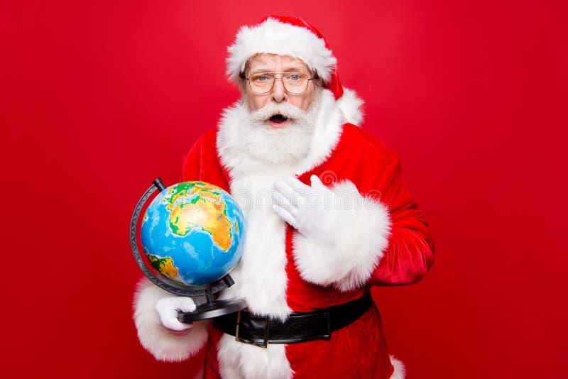 Vinda alegre do inverno do azevinho! Barba branca envelhecida avô de Santa dentro imagem de stock royalty free