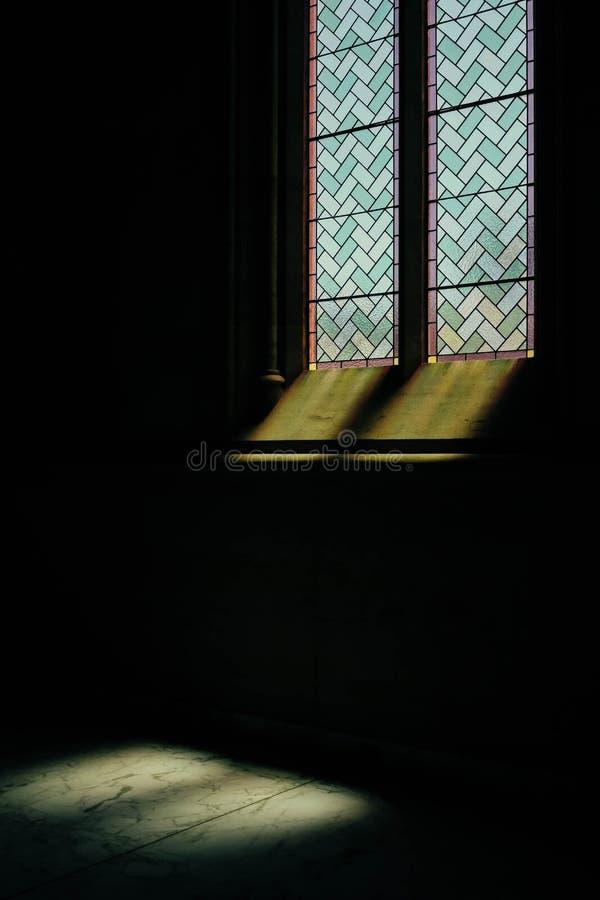 Vinda clara verdadeira uma janela decorativa de uma igreja fotografia de stock royalty free