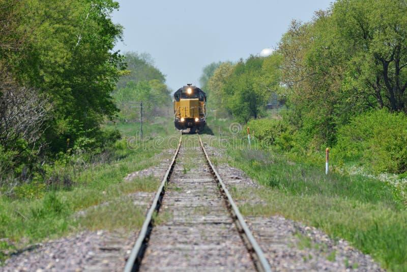 Vinda da locomotiva do trem fotografia de stock royalty free