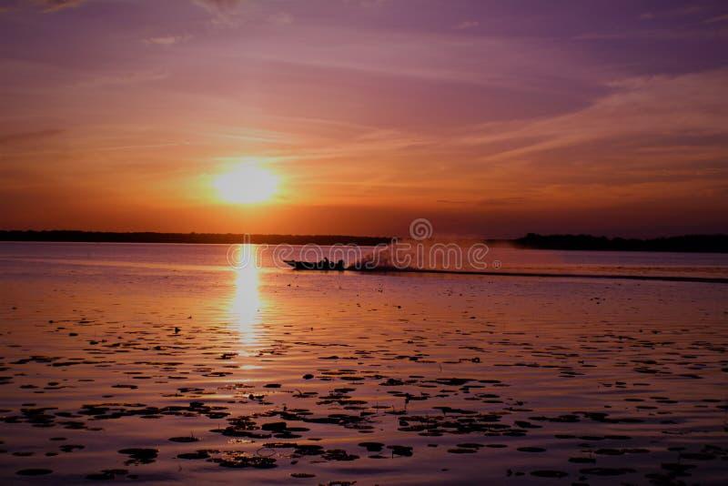 Vinda dentro de um dia longo no lago fotografia de stock royalty free