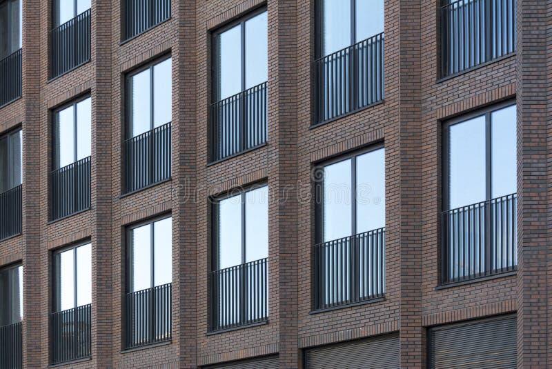 Vindbyggnad för röd tegelsten med stora Windows arkivfoton