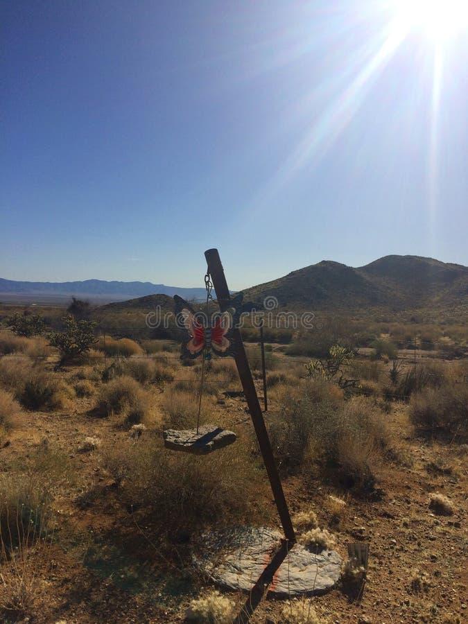 Vindchimes med diagram av buterfly att hänga som är utomhus- i öknen Arizona fotografering för bildbyråer