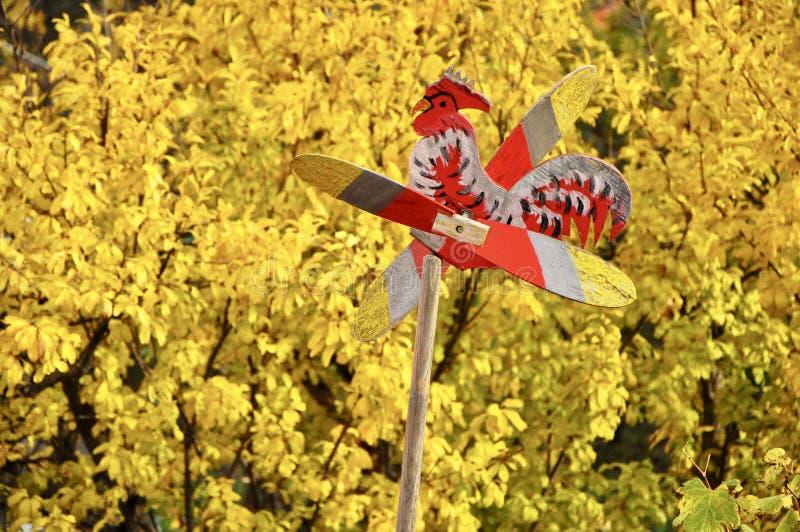 Vindflöjel för vindriktningsindikator med den gula växten i bakgrunden royaltyfria bilder