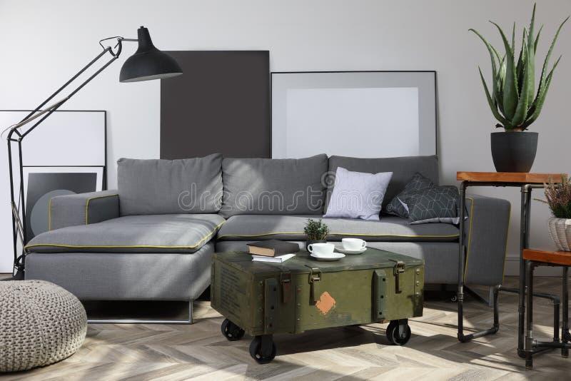 Vindinre med soffa- och kaffetabellen royaltyfria foton