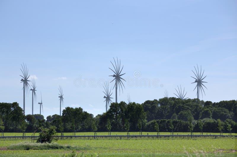 Vindkraftstationer i Mecklenburg-Vorpommern, Tyskland, med den speciala bilden som bearbetar för att betona rörelse fotografering för bildbyråer