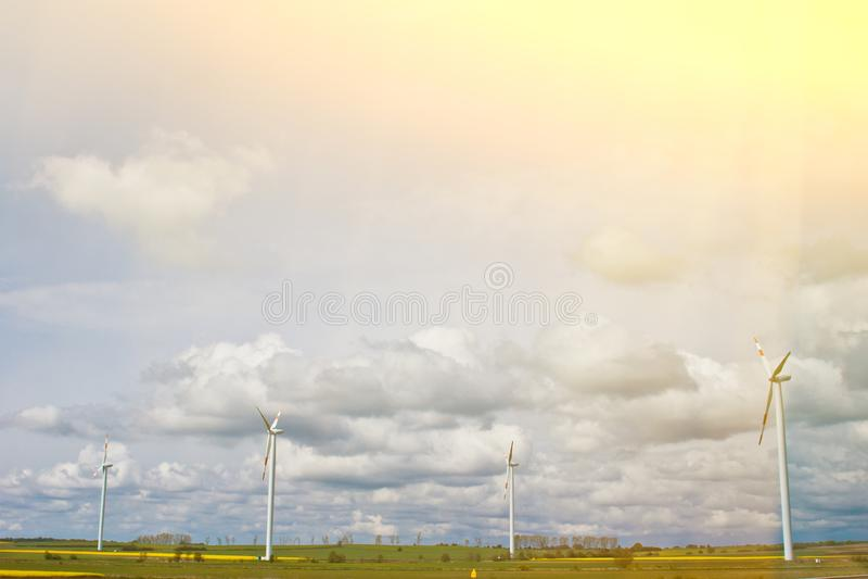 Vindkraftv?xt i ett f?lt mot bakgrunden av en ljus molnig himmel n?rbild f?r vindgenerator gr?n elektricitet, alternativ arkivbild