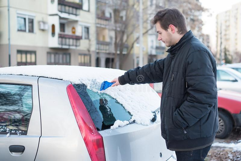vindruta för snow för bilis skrapande royaltyfria foton
