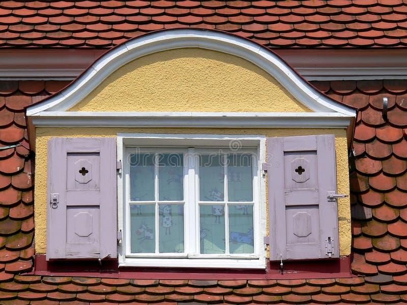 Vindskupefönster med rosa slutare royaltyfri bild