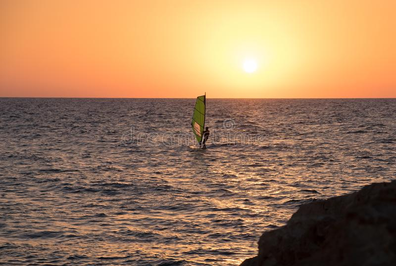 Vindsurfa i medelhavet på solnedgången Tel Aviv fotografering för bildbyråer