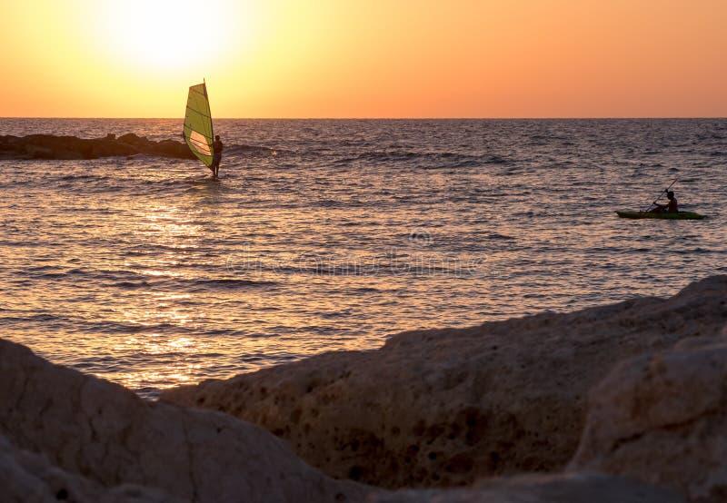 Vindsurfa i medelhavet på solnedgången Tel Aviv royaltyfri fotografi