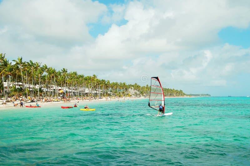Vindsurfa på kusten av Dominikanska republiken fotografering för bildbyråer