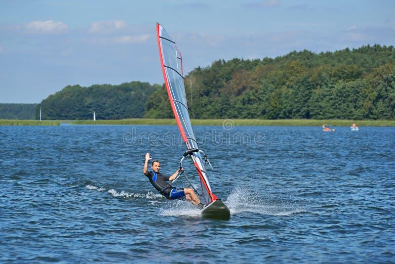 Vindsurfa på sjön Nieslysz, Polen royaltyfria foton