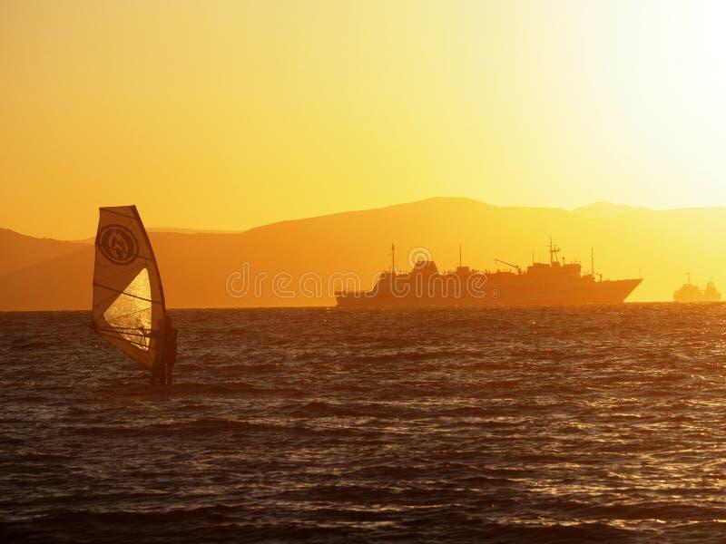 Vindsurfa på solnedgången arkivfoton
