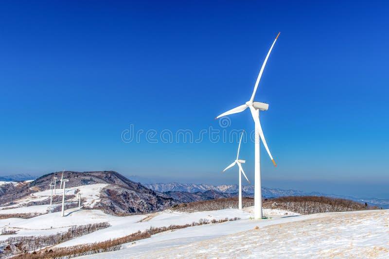 Vindturbin och blå himmel i vinter royaltyfri foto