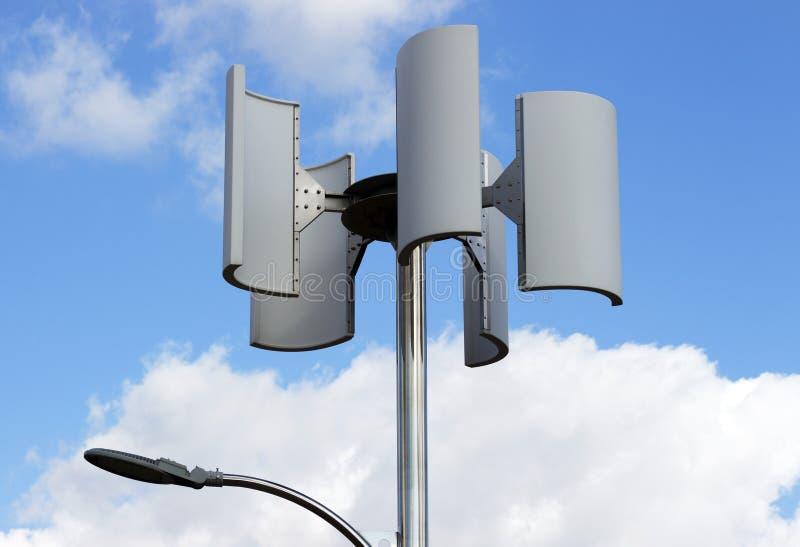 Vindturbin och lampa mot himlen, alternativ energi royaltyfri foto