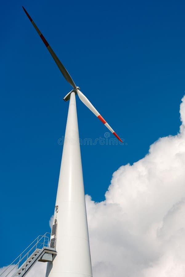 Vindturbin på blå himmel - förnybara energikällor royaltyfri foto