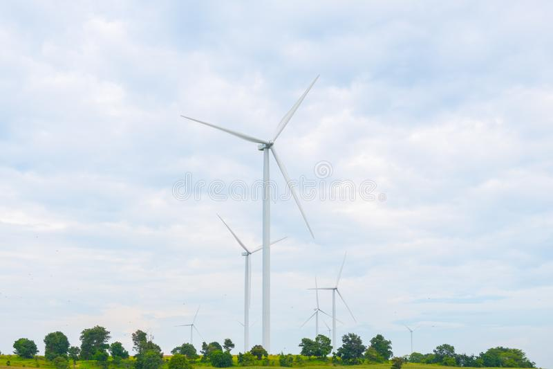 Vindturbinen gjorde förnybara energikällor på fält, blå himmel och molnbakgrund på Chaiyaphum Thailand arkivfoton