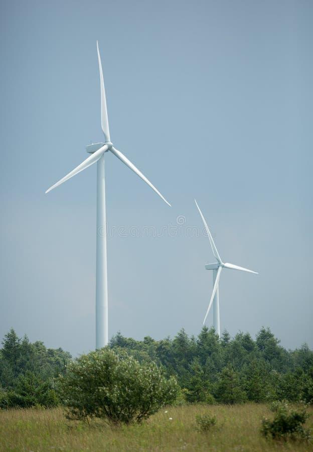 2 vindturbiner arkivbild