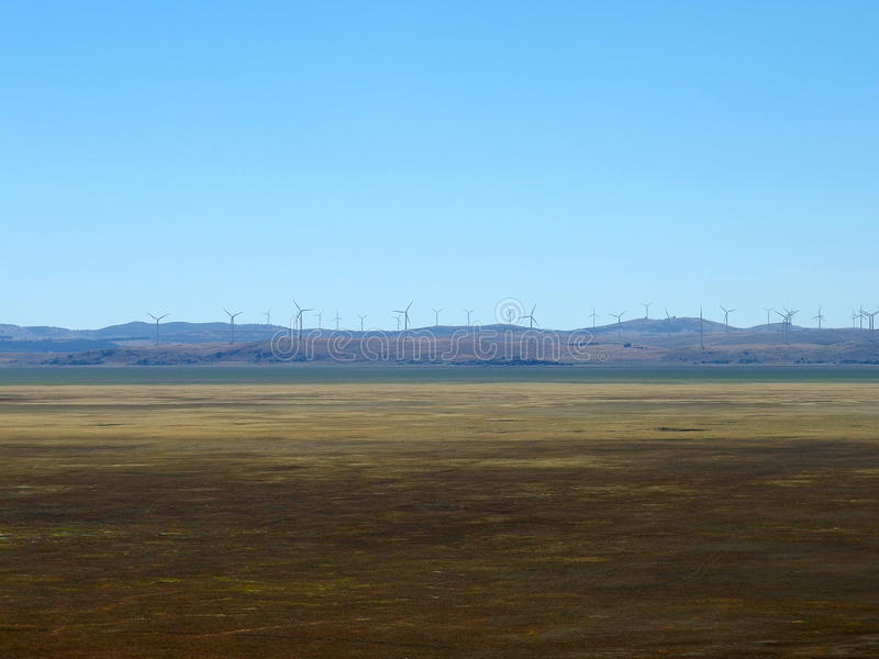 Vindturbiner för elektricitet på sjön george, handling arkivbilder