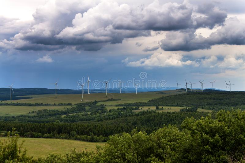 Vindturbiner i en förnybara energikällor för vindkraftväxt för tillverkning av i Tjeckien fotografering för bildbyråer
