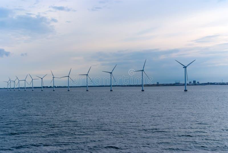 Vindturbiner i havet i Köpenhamnen, Danmark Lantgård för frånlands- vind för förnybar hållbar och alternativ energi royaltyfri bild