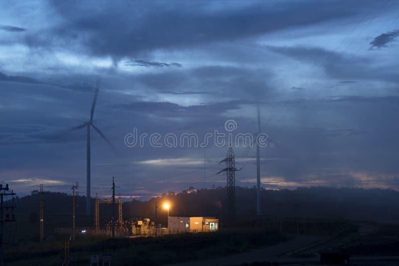 Vindturbiner och dimma för flyg- sikt för utveckling av elektricitet i South East Asia royaltyfri fotografi