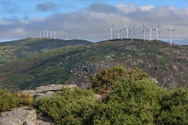 Vindturbiner på en spansk bergskedja arkivbilder