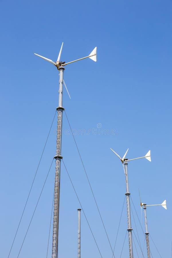 Vindturbiner som frambringar elektricitet på berget med blå himmel på Koh Larn royaltyfri foto