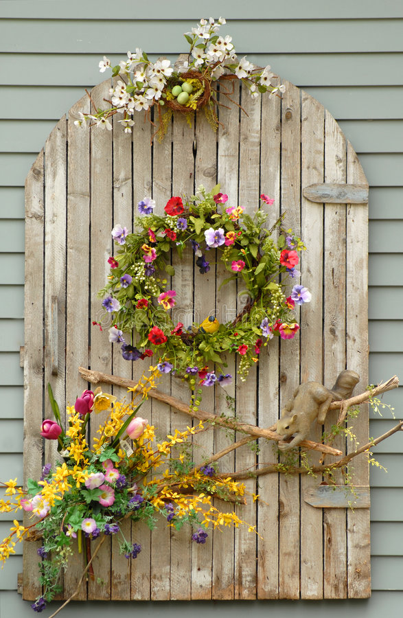 Free Vines And Flowers On A Wall Royalty Free Stock Image - 2658116