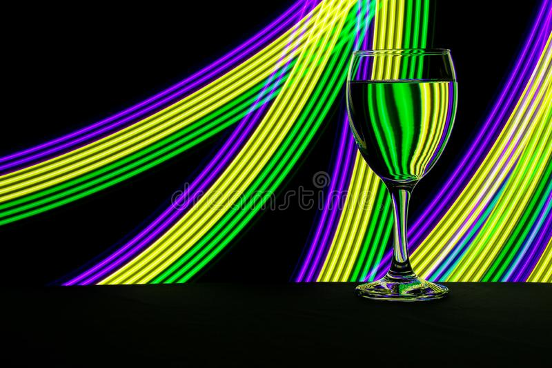 Vinexponeringsglas med neonljus bakom royaltyfri bild