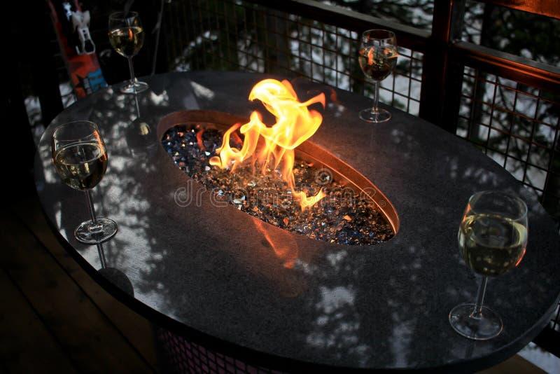 Vinexponeringsglas runt om branden royaltyfria foton