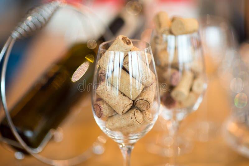 Vinexponeringsglas som fylls med kork royaltyfria bilder