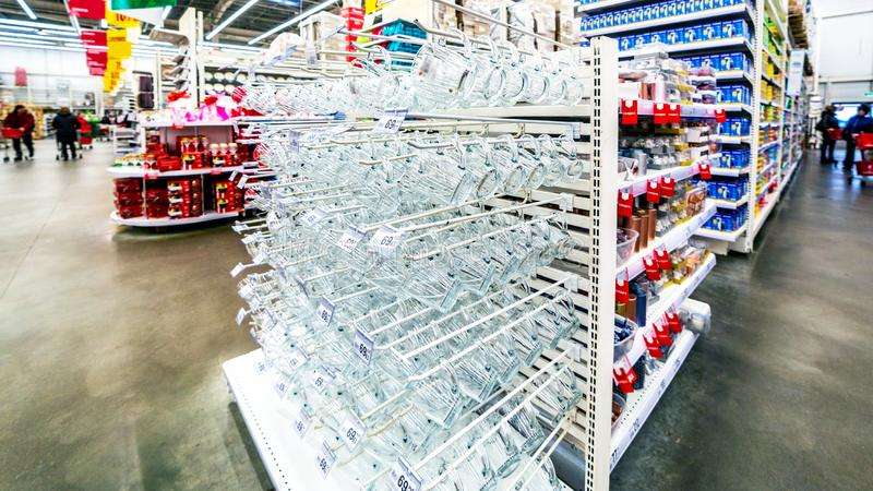 Vinexponeringsglas står på hyllorna i en stor supermarket royaltyfri fotografi