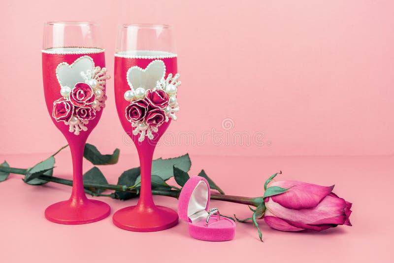 Vinexponeringsglas, steg och cirkeln i en ask på rosa bakgrund royaltyfria foton