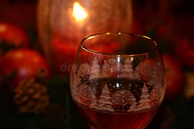 Vinexponeringsglas värme vid levande ljus under festlig semesterperiod arkivbild