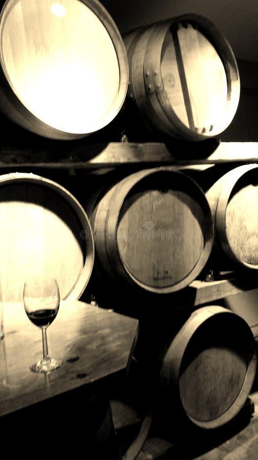 Vinfat med vinexponeringsglas arkivfoton