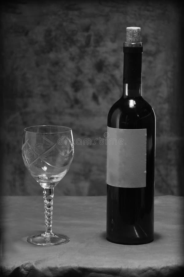Vinflaska med vinexponeringsglas royaltyfria foton