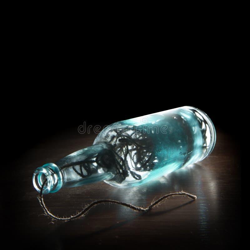 Vinflaskan och exponeringsglas som fylls med, tvinnar arkivbild