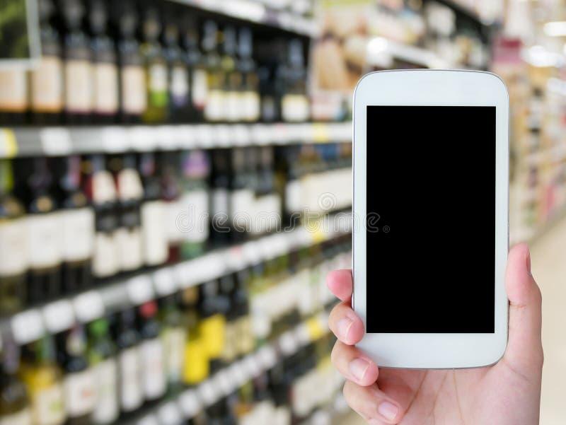Vinflaskor på hylla i vinlager arkivfoto