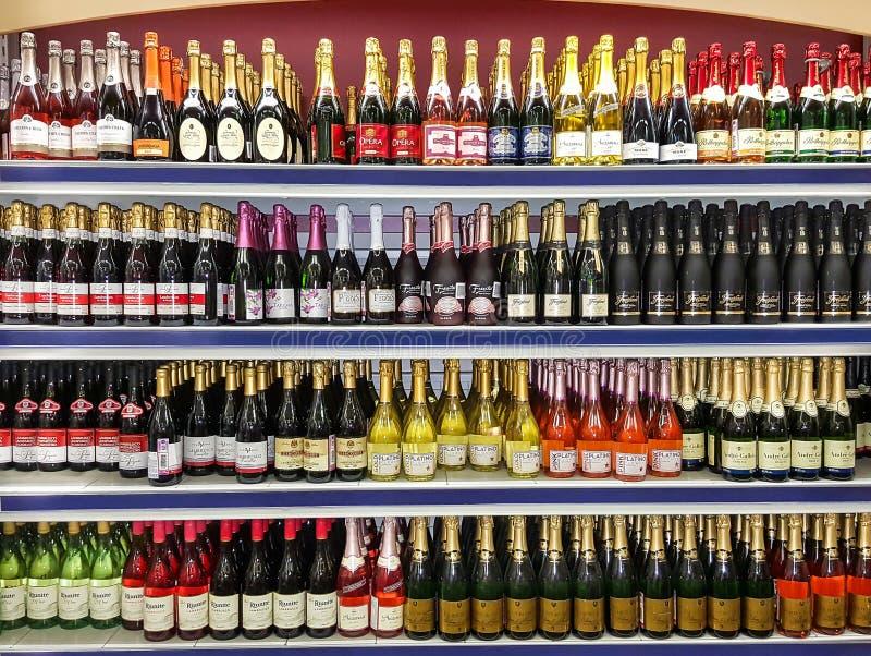 Vinflaskor på lagerfönster royaltyfria bilder