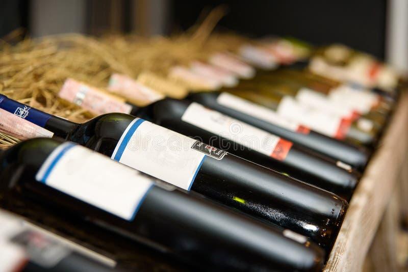 Vinflaskor som lägger på en kugge i vinodling fotografering för bildbyråer